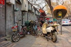 PEKING, CHINA - 12. MÄRZ 2016: Fahrräder, Roller und Autos herein Lizenzfreie Stockfotografie