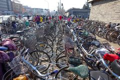 PEKING, CHINA - 14. MÄRZ 2016: Fahrräder, Roller und Autos herein Stockfotos