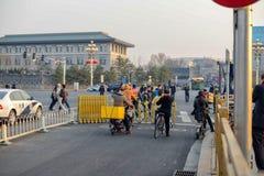 PEKING, CHINA - 12. MÄRZ 2016: Fußgänger und Radfahrer crossi Stockfotos