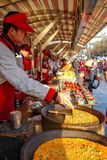 PEKING, CHINA - 11. MÄRZ 2016: Lebensmittelverkäufer bietet sein Produkt an Lizenzfreie Stockfotos