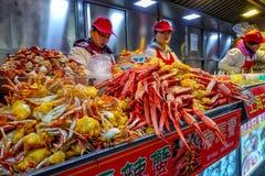 PEKING, CHINA - 11. MÄRZ 2016: Lebensmittelverkäufer bietet sein Produkt an Stockfotos
