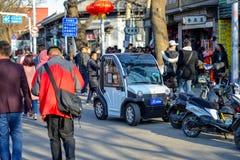 PEKING, CHINA - 11. MÄRZ 2016: Leute fahren durch Stockfoto