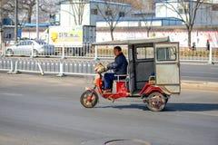 PEKING, CHINA - 14. MÄRZ 2016: Leute fahren durch Stockfotografie