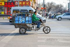 PEKING, CHINA - 14. MÄRZ 2016: Leute fahren durch Stockfotos