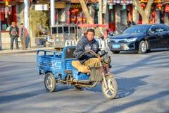 PEKING, CHINA - 11. MÄRZ 2016: Leute fahren durch Lizenzfreies Stockbild