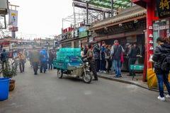 PEKING, CHINA - 12. MÄRZ 2016: Leute fahren durch Stockfotografie