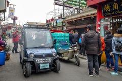 PEKING, CHINA - 12. MÄRZ 2016: Leute fahren durch Lizenzfreie Stockbilder