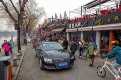 PEKING, CHINA - 12. MÄRZ 2016: Leute fahren durch Lizenzfreie Stockfotografie