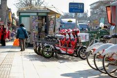 PEKING, CHINA - 14. MÄRZ 2016: Leute gehen und fahren Lizenzfreies Stockfoto