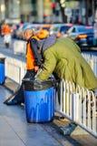 PEKING, CHINA - 11. MÄRZ 2016: Obdachlose in einem Abfall packen looki ein Lizenzfreie Stockfotografie
