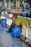 PEKING, CHINA - 11. MÄRZ 2016: Obdachlose in einem Abfall packen looki ein Lizenzfreie Stockbilder