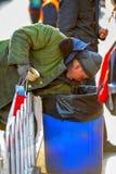 PEKING, CHINA - 11. MÄRZ 2016: Obdachlose in einem Abfall packen looki ein Stockfoto