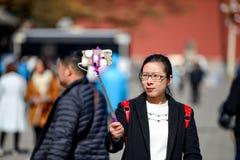 PEKING, CHINA - 11. MÄRZ 2016: Verbotene Stadt Touristen photog Stockbilder