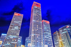 PEKING, CHINA - 20. MAI 2015: Abend, Nachtmodernes Peking-busi Lizenzfreie Stockfotografie
