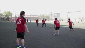 PEKING, CHINA - MEI 10, 2013 - Studenten die voetbal op de speelplaats op de Universiteit van Peking, 10 Mei, 2013, Peking spelen stock footage