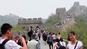 PEKING, CHINA - MEI 08, 2013 - Toeristen die boven en beneden de treden van de Grote Muur, 08 Mei, 2013, Peking, China lopen stock footage