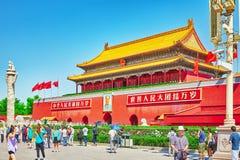 PEKING, CHINA - MEI 18, 2015: Volkeren op Tiananmen-Vierkant en G Stock Foto's