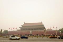 PEKING, CHINA - 10. NOVEMBER 2016: Touristen stehen in der Linie an einem bewölkten Tag vor der Verbotenen Stadt Stockfotografie