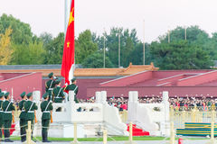 PEKING, CHINA - 12. Oktober 2015: Flaggen-Anhebenzeremonie von Tiananmen Lizenzfreie Stockfotos