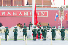 PEKING, CHINA - 13. Oktober 2015: Flaggen-Anhebenzeremonie von Tiananmen Lizenzfreie Stockbilder