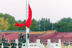 PEKING, CHINA - 12. Oktober 2015: Flaggen-Anhebenzeremonie von Tiananmen Lizenzfreies Stockfoto