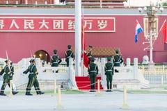 PEKING, CHINA - 13. Oktober 2015: Flaggen-Anhebenzeremonie von Tiananmen Lizenzfreie Stockfotografie