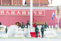 PEKING, CHINA - 13. Oktober 2015: Flaggen-Anhebenzeremonie von Tiananmen Stockbild