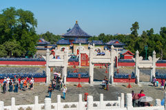 PEKING, CHINA - 26. SEPTEMBER 2012: Touristen besuchen ein Lingxing-Tor des Kreishügel-Altars im Komplex der Tempel des Hebens Stockfotografie