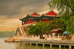 Peking, China 07 06 2018 Touristen, die den Sonnenuntergang auf der Kunming Seeufergegend im Sommer-Palast aufpassen stockfotos
