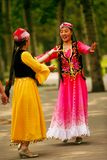 Peking, China 07 06 2018 Twee vrouwen in heldere kledingsdans in het park royalty-vrije stock afbeelding