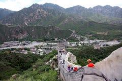PEKING - 12. JUNI: Besucher geht auf die Chinesische Mauer an Stockfoto