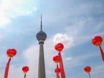 PEKING - 7. JUNI 2012: Der Peking-Fernsehturm sourrounded Stockfoto