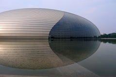 Peking Kina - Augusti 17, 2011: Peking berömda arkitektoniska byggnad och nationell mitt för gränsmärke för föreställningskonsten arkivbilder