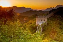Peking Kina - AUGUSTI 11, 2014: Solnedgång på Jinshanling den stora väggen royaltyfria bilder