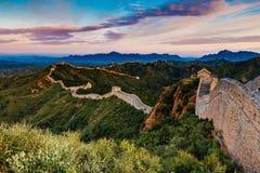 Peking Kina - AUGUSTI 12, 2014: Soluppgång på Jinshanling den stora väggen Arkivbild
