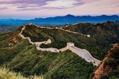 Peking Kina - AUGUSTI 12, 2014: Soluppgång på Jinshanling den stora väggen royaltyfri fotografi