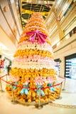 PEKING KINA - DEC 06, 2011: Julgran som göras av nallebjörnar i gallerian Arkivbild
