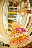 PEKING KINA - DEC 06, 2011: Julgran som göras av nallebjörnar i gallerian Arkivfoto