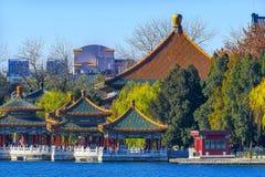 Peking Kina för fem Dragon Pavilions Beihai Lake Park royaltyfria foton