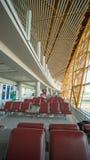 Peking Kina - Januari 1, 2018: Folk på en modern flygplats, avvikelsevardagsrum royaltyfri bild