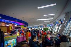PEKING KINA - 29 JANUARI, 2017: Gå omkring inom gammalt CCTV-torn, kafeterior och tabeller med spektakulära sikter royaltyfri fotografi