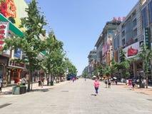 PEKING KINA - 14 JUNI 2015, den berömda Wangfujing gatan Royaltyfri Fotografi