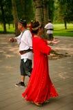 Peking Kina 07 06 Kvinnan 2018 i röd klänning- och mandans i parkerar arkivbilder