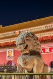 Peking Kina - Maj 13, 2018: Mao Tse Tung Tiananmen Gate i den Gugong Forbidden City slotten Kinesiska ordstävar på porten är arkivfoto