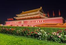 Peking Kina - Maj 13, 2018: Mao Tse Tung Tiananmen Gate i den Gugong Forbidden City slotten Kinesiska ordstävar på porten är royaltyfria foton