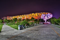 PEKING - KINA, MAJ 2016: Nationell stadion, också som är bekant som fågelboet, på natten Royaltyfria Bilder
