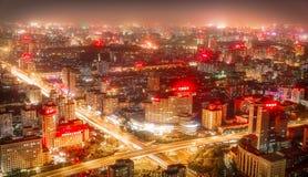 PEKING - KINA, MAJ 2016: Stad på nattetid, då de högväxta skyskraporna är upplysta Fotografering för Bildbyråer