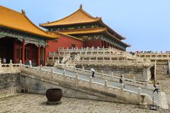 Peking Kina - Maj 16, 2018: Turister i den Gugong Forbidden City slotten arkivbilder