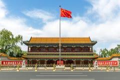 PEKING - KINA, MAJ 2016: Xinhuamen port av nya Kina på Maj 13, 2016 i Peking Royaltyfria Bilder