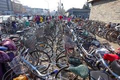PEKING KINA - MARS 14, 2016: Cyklar, sparkcyklar och bilar in Arkivfoton